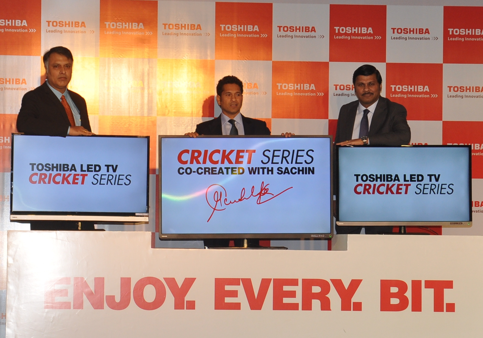 L-R Mr. Amitabh Tiwari, VP-Sales & Marketing, Consumer Products, Toshiba-DS Division, Sachin Tendulkar, Mr. Sanjay Warke,  Country Head Toshiba India - DS Division, launching Worlds 1st Cri