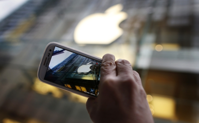 apple_logo_pic_with_samsung_phone_reuters