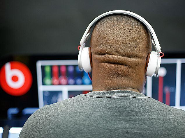 apple_beats_acquisition_man_listening_music_headphones_ap_itvoice