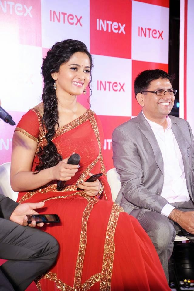 Anushka At Intex Aqua Smartphone Launch3