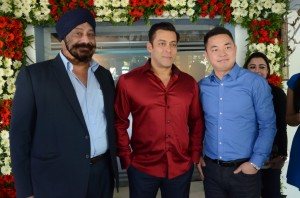 Salman Khan with (Left) MS Malik Director OPPO Mobiles India and (Right) Shine Shen Brand Manager OPPO Mobiles India