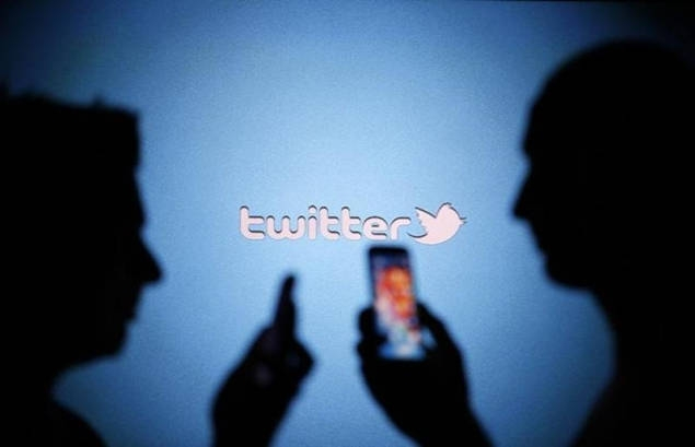 twitter-users-with-phones-reuters-635