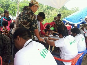 Fortis Team working with Nepalese Army to provide medical care to quake affected people (2)