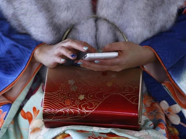 lady using samrtphone