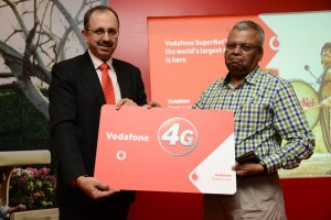 Ishmeet Singh, Business Head - Mumbai, Vodafone India giving a 4G SIM Card to Shri Prabhat Ranjan, Police Commissioner - Navi Mumbai during the launch of Vodafone