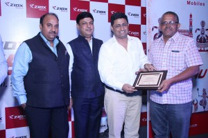 ziox-mobile-top-management-presenting-distributors-recognition-award-1