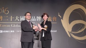 tefen-tao-right-avp-of-zyxels-brand-and-marketing-management-division-receives-the-award-from-dr-ming-ji-wu-left-director-general-of-industrial-development-bureau-ministry-of-economi