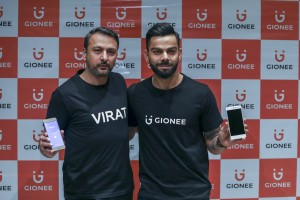 arvind-r-vohra-country-ceo-md-gionee-india-along-with-gionees-new-brand-ambassador-indian-captain-virat-kohli-for-a-photo-op